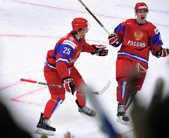 Хоккеисты молодежной сборной России Михаил Григоренко и Никита Кучеров (слева направо) (2013 год)