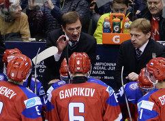 Главный тренер молодежной сборной России Валерий Брагин (в центре на втором плане) (2015 год)
