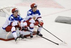 Хоккеисты молодежной сборной России Павел Бучневич (слева) и Сергей Толчинский (2015 год)