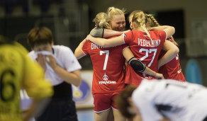 Гандболистки сборной России радуются победе