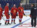 Главный тренер сборной России Олег Знарок (справа) на тренировке