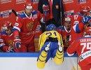 Хоккеисты сборной России Сергей Плотников, Илья Ковальчук и сборной Швеции Андреас Энгквист (слева направо)