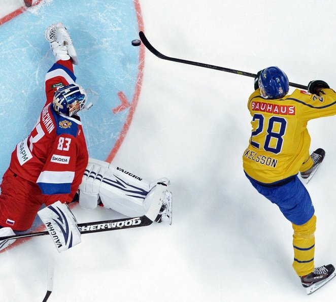 Вратарь сборной России Василий Кошечкин (слева) и нападающий сборной Швеции Дик Аксельссон