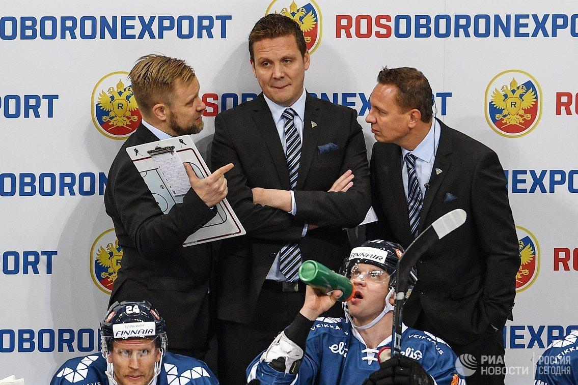 Главный тренер сборной Финляндии Лаури Марьямяки по хоккею (в центре)