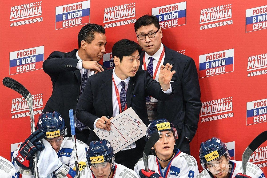 Главный тренер сборной Южной Кореи Джим Пэк по хоккею (справа на втором плане)