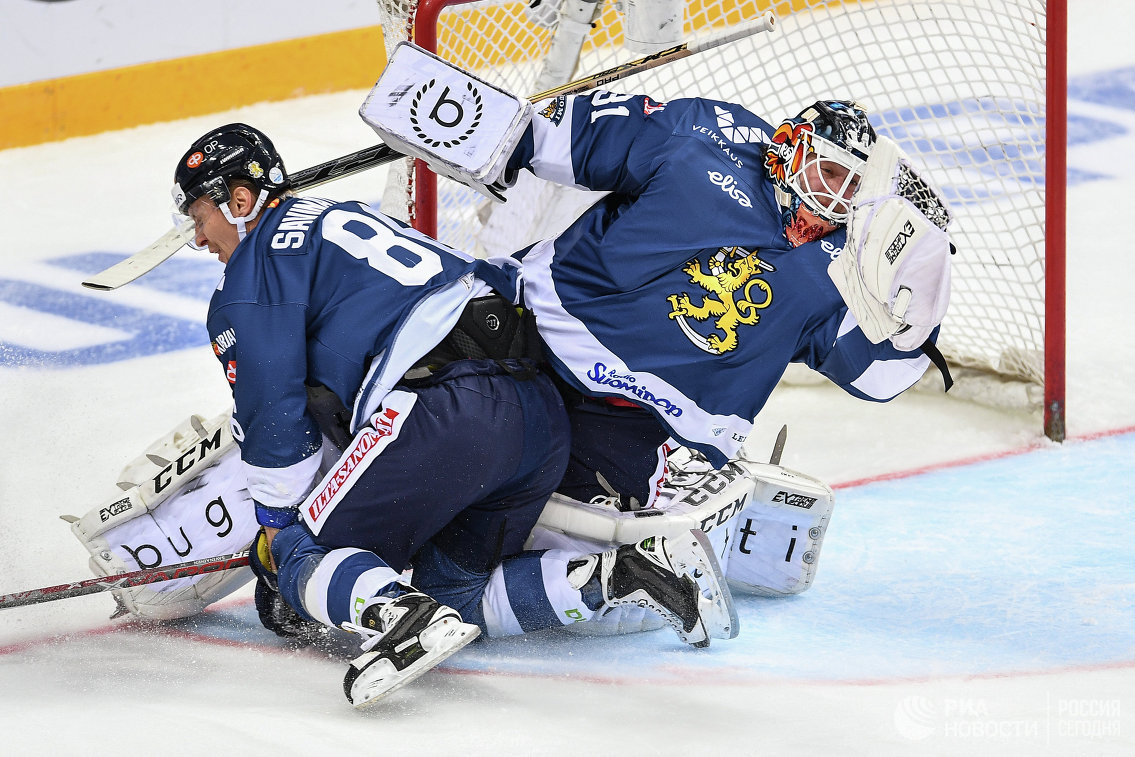 Форвард сборной Финляндии по хоккею Вели-Матти Савинайнен (слева) и вратарь Карри Рамо