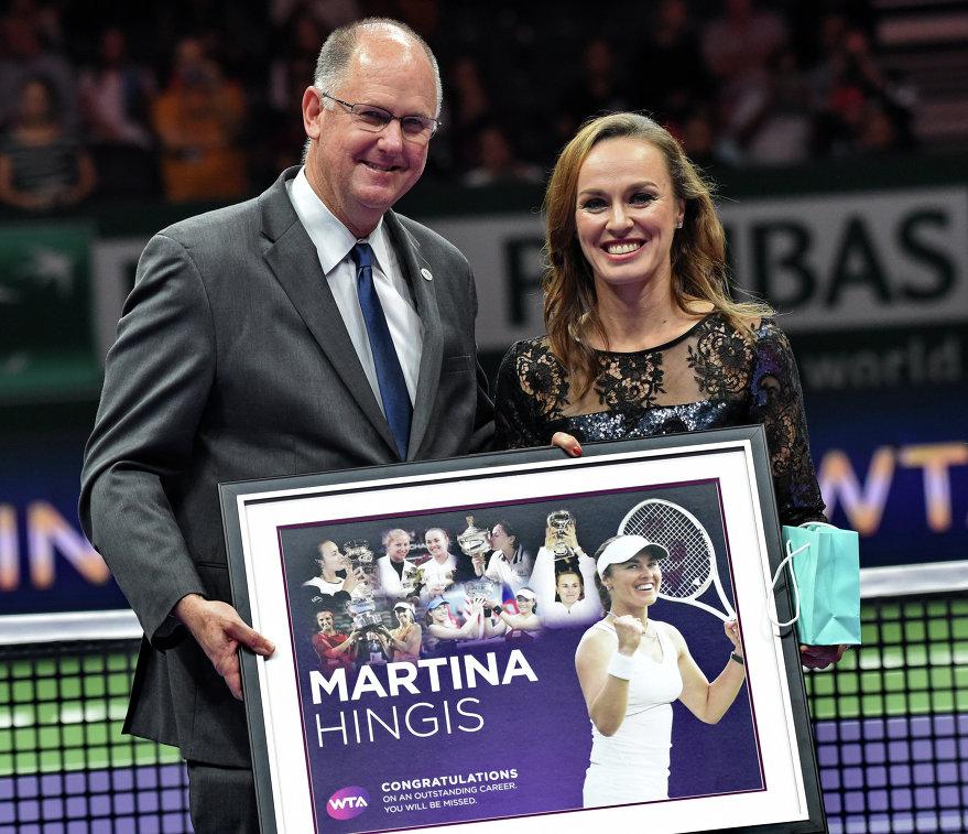 Мартина Хингис (справа) на церемонии по случаю ухода из большого спорта