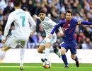 Нападающий Реала Криштиану Роналду, полузащитник Реала Марко Асенсио и нападающий Барселоны Лионель Месси (слева направо)