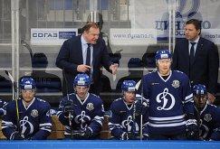 Главный тренер ХК Динамо Владимир Воробьёв (в центре на втором плане)