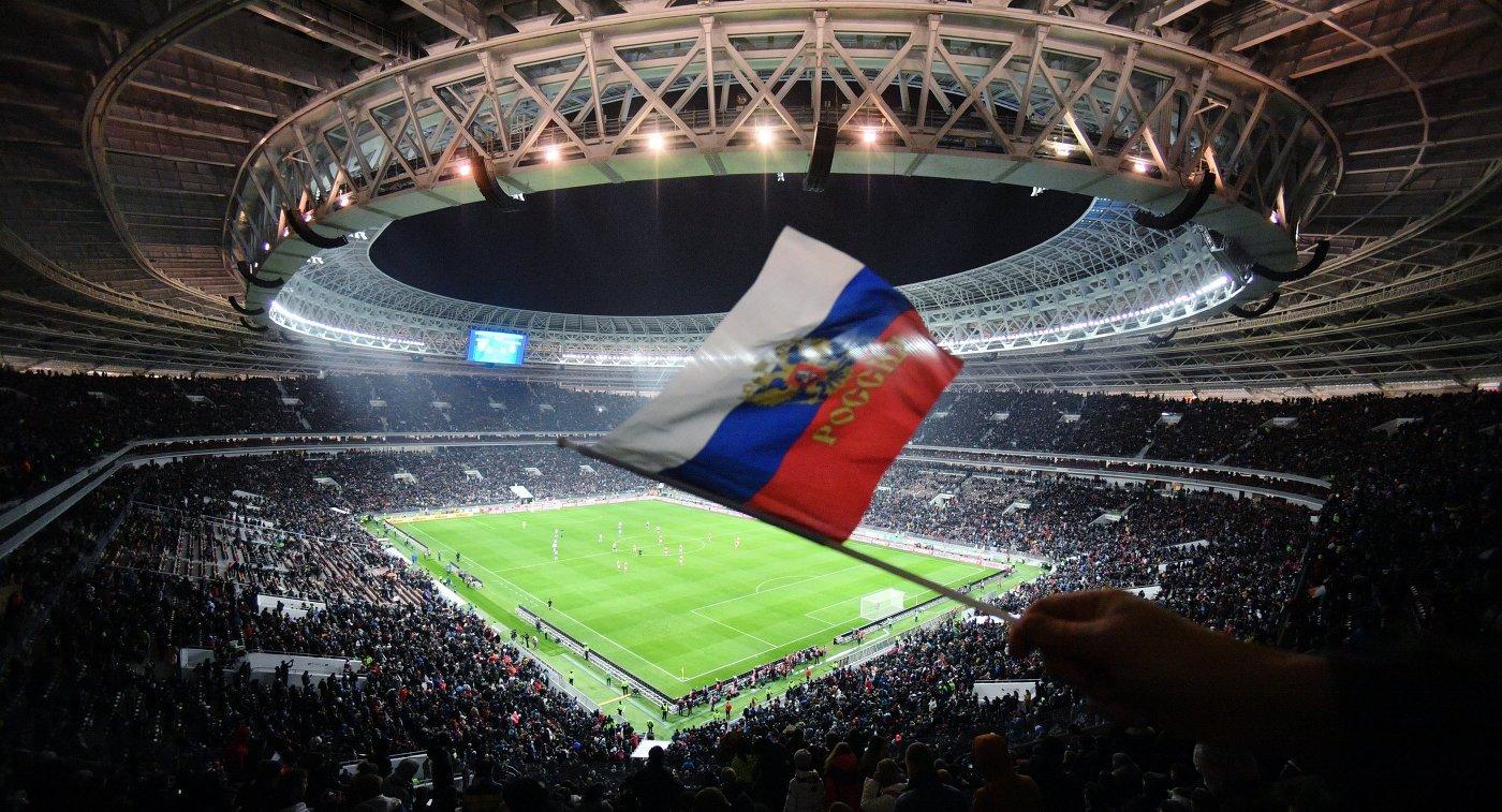 Болельщик сборной России на трибуне стадиона Лужники