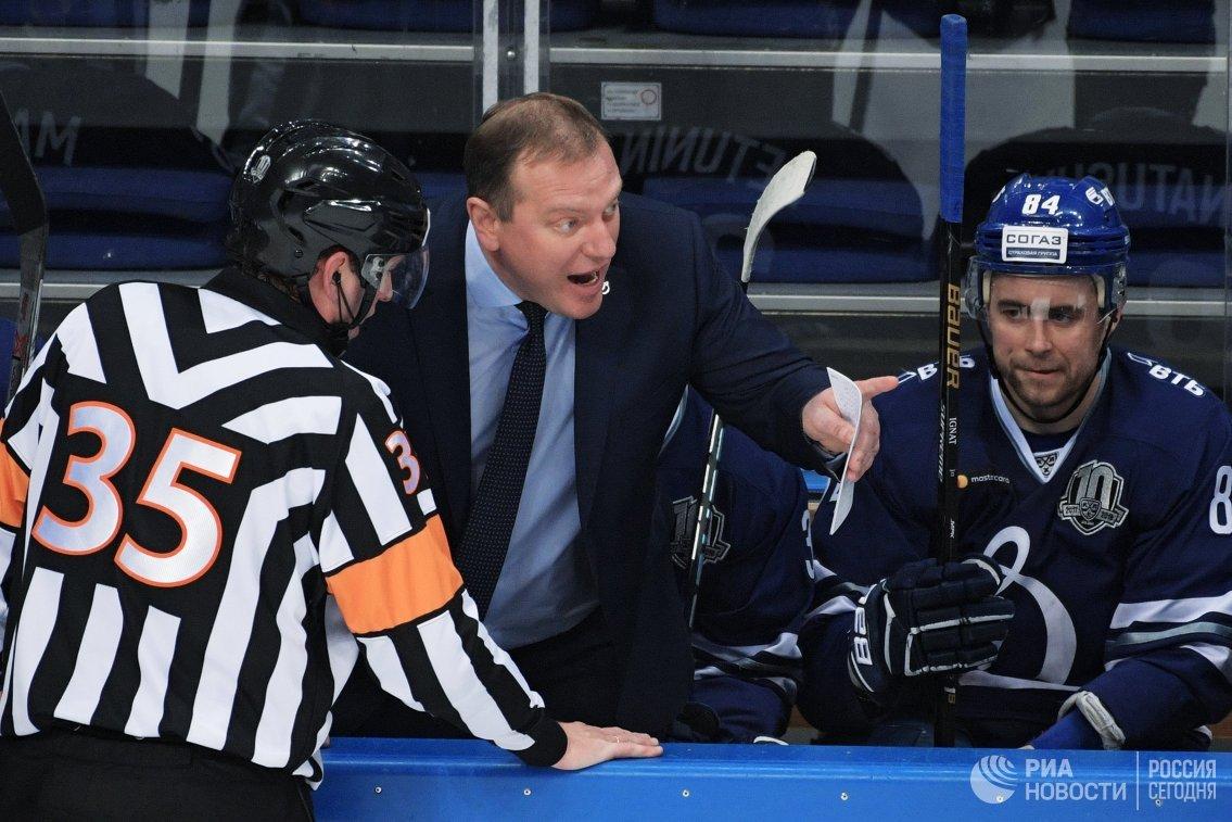 Главный тренер ХК Динамо Владимир Воробьёв (второй слева)