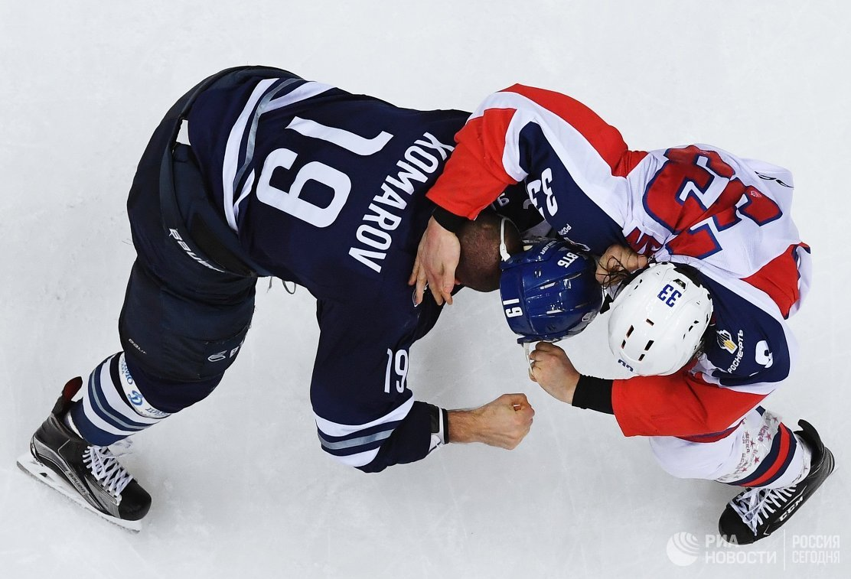 Нападающий ХК Динамо Никита Комаров (слева) и защитник ЦСКА Михаил Пашнин
