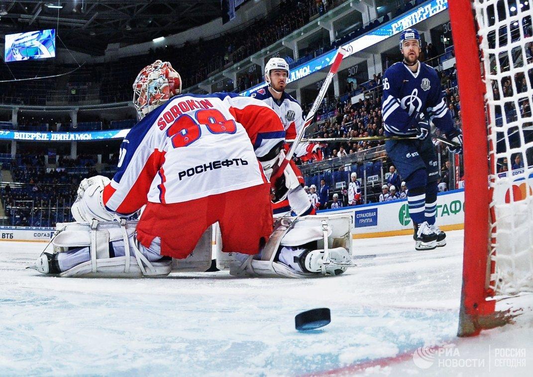 Вратарь ЦСКА Илья Сорокин (слева)
