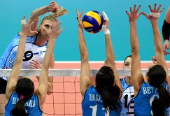Игрок Динамо-Казань Наталья Маммадова (слева на втором плане)