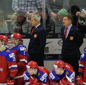 Главный тренер молодежной сборной России Валерий Брагин (справа)