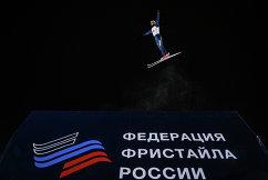 Спортсмен на тренировке перед соревнованиями по лыжной акробатике в рамках этапа Кубка мира по фристайлу в Москве