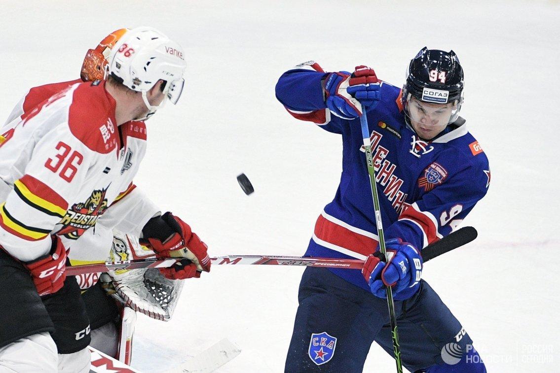 Игрок Куньлуня Йоонас Ярвинен (слева) и игрок ХК СКА Александр Барабанов