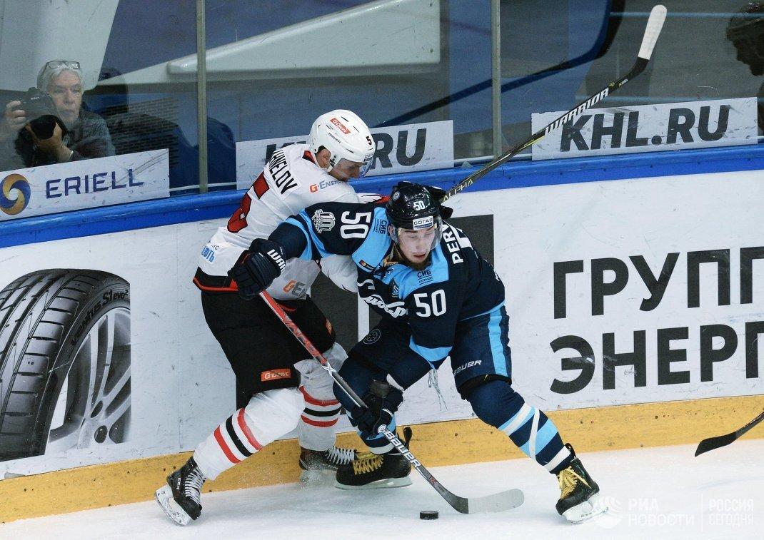 Защитник ХК Авангард Юнас Анелёв (слева) и форвард ХК Сибирь Владимир Первушин