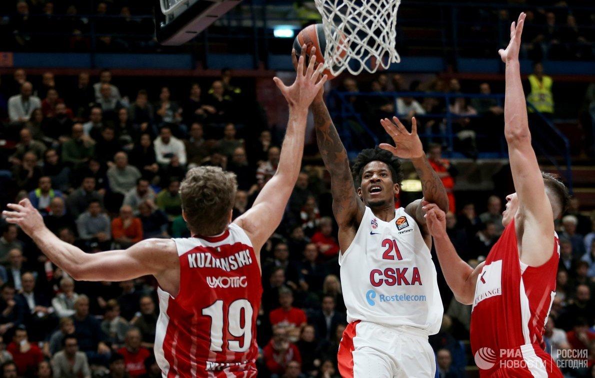 Игрок БК АХ Олимпия Миндаугас Кузминскас и игрок ПБК ЦСКА Уилл Клайберн (слева направо)