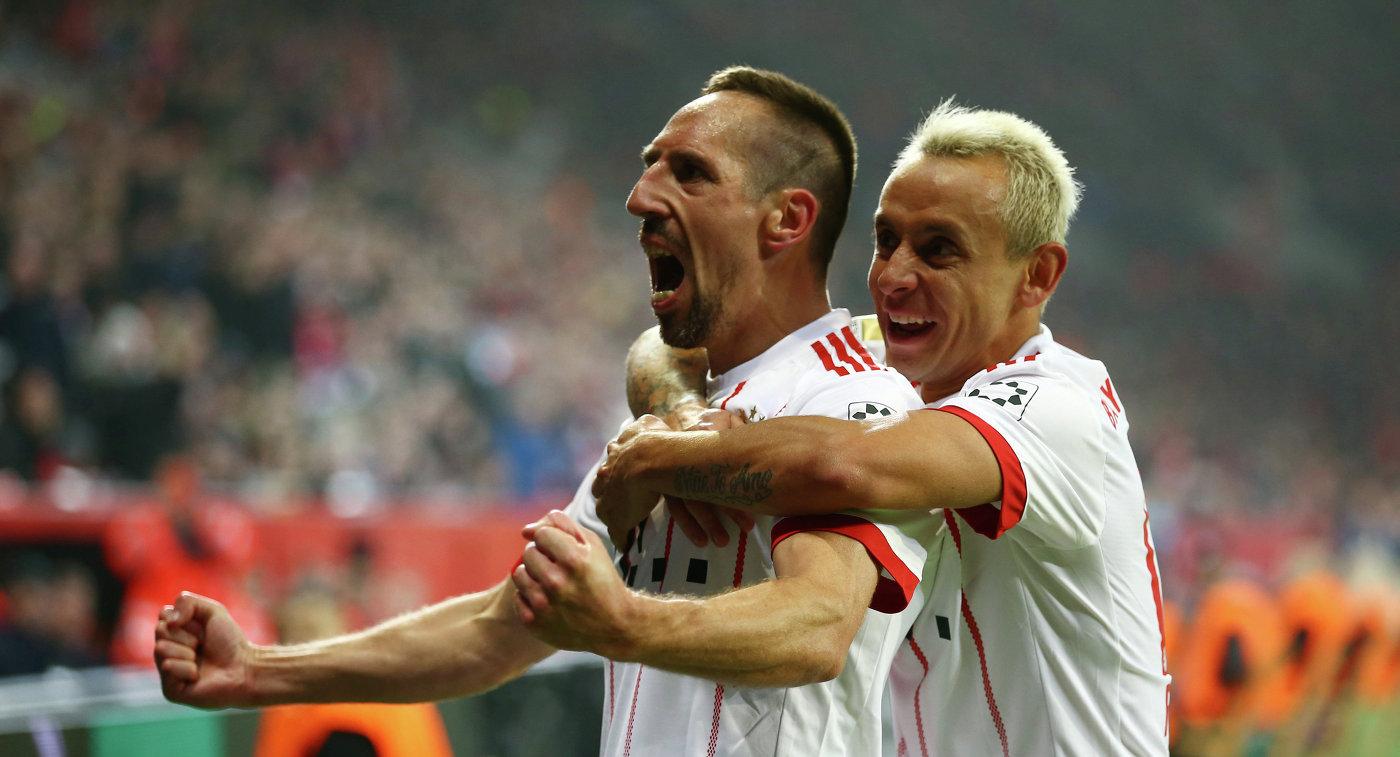 Футболисты мюнхенской Баварии Франк Рибери (слева) и Рафинья