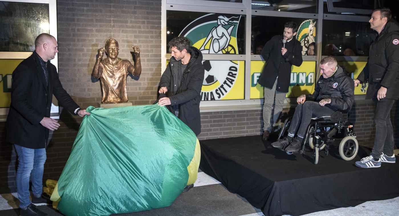 Скульптура  экс-футболиста «Зенита» Риксена открыта устадиона «Фортуны» изНидерландов