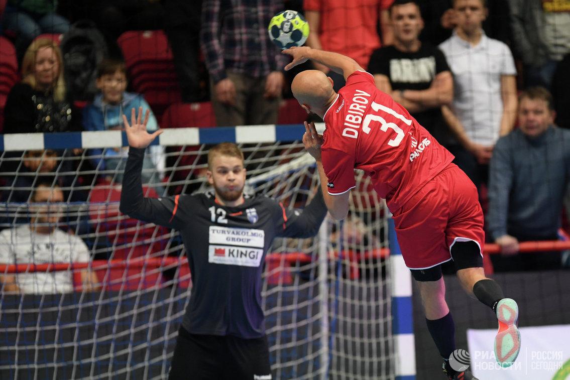 Голкипер сборной Финляндии Калле Аландер и  гандболист сборной России Тимур Дибиров (слева направо)