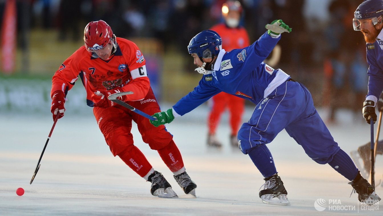 Игрок сборной России Сергей Ломанов (слева) и игрок сборной Финляндии Янне Ринтола