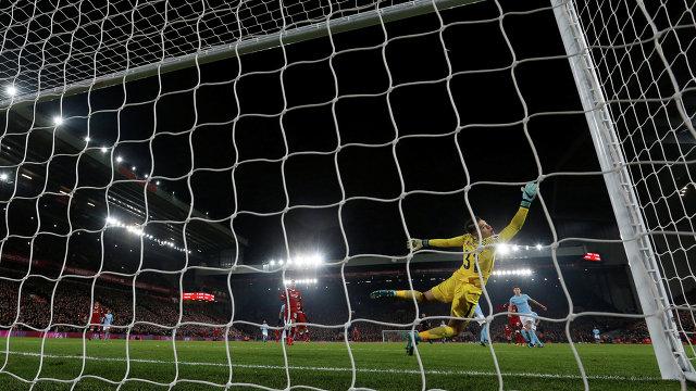 Голкипер Манчестер Сити Эдерсон пропускает мяч в свои ворота