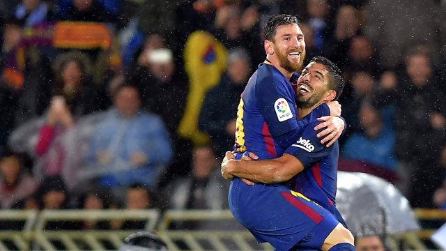 Футболисты Барселоны Лионель Месси (слева) и Луис Суарес