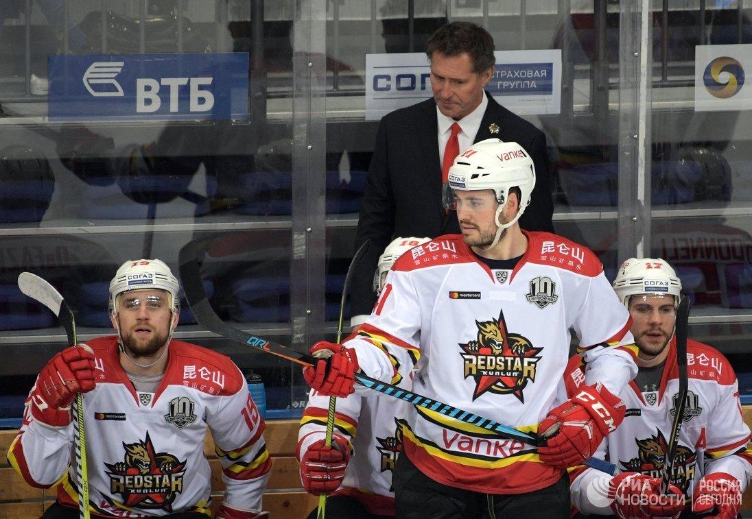 Исполняющий обязанности главного тренера Куньлуня Роберт Карпентер (в центре на втором плане)