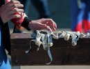 Перчатки саночника во время соревнований на Спартакиаде