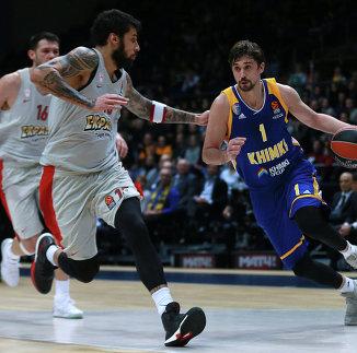 Игрок БК Химки Алексей Швед (справа) и игрок БК Олимпиакос Георгиос Принтезис