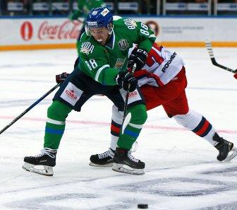 Нападающий ХК Салават Юлаев Артём Фёдоров (слева)