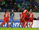 Футболисты Байера радуются забитому голу