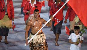 Знаменосец сборной Тонги на церемонии открытия Олимпийских игр 2016 года в Рио Пита Тауфатофуа