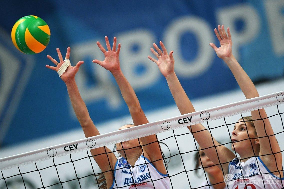 Игроки ЖВК Динамо (Москва) Вера Ветрова (слева) и Ирина Фетисова