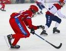 Игрок сборной России по хоккею с мячом Владимир Каланчин (слева)