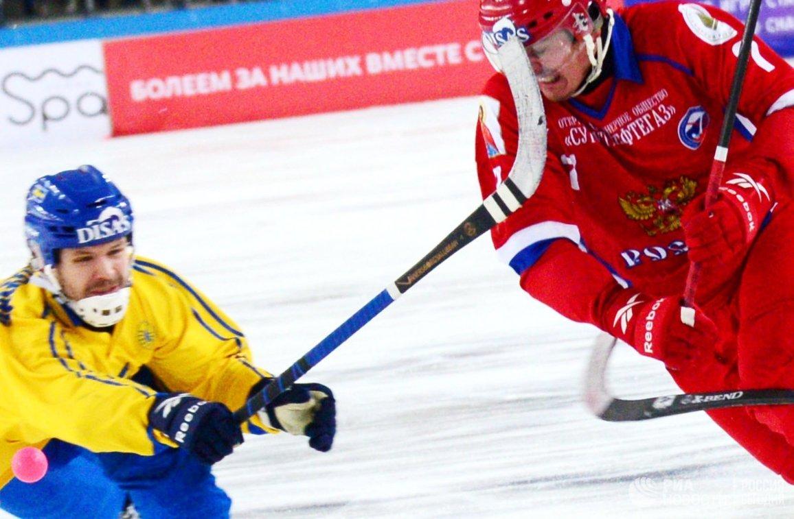 Игрок сборной России по хоккею с мячом Сергей Ломанов (справа)