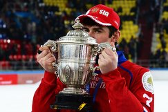 Игрок сборной России по хоккею с мячом Сергей Ломанов