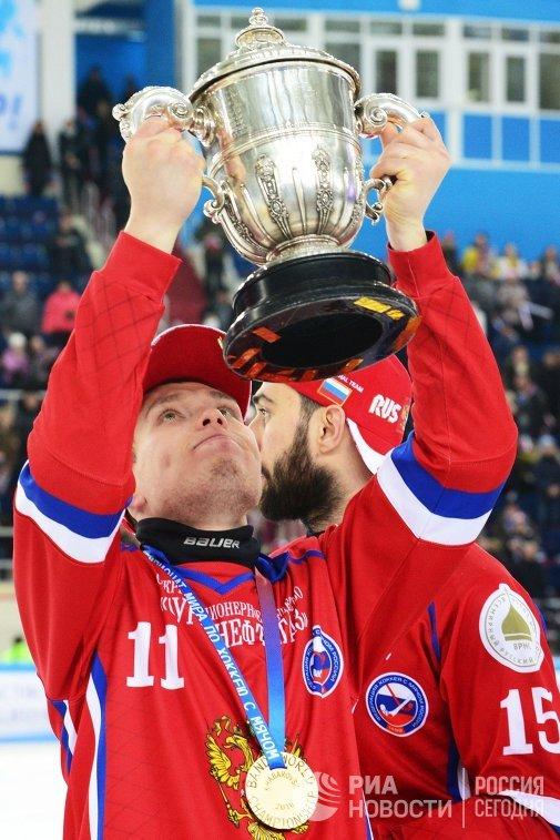 Игроки сборной России по хоккею с мячом Вадим Чернов (слева) и Алан Джусоев