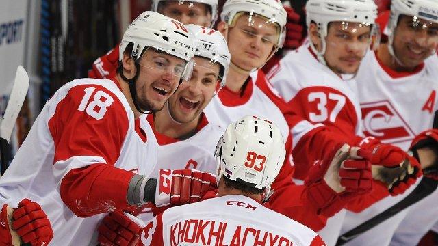 Хоккеисты Спартака Александр Дергачёв (слева) и Александр Хохлачёв (в центре) радуются заброшенной шайбе
