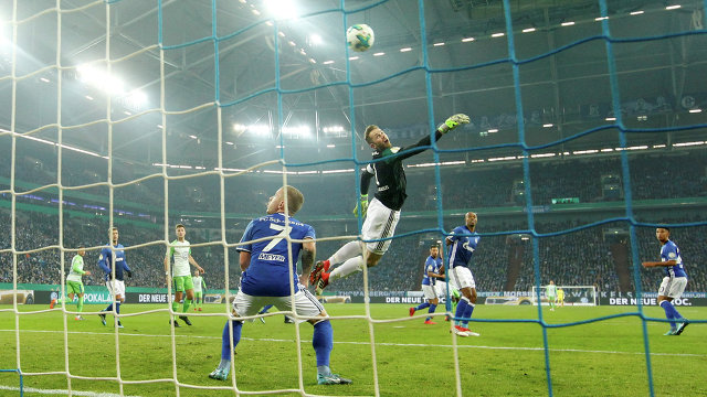 Игровой момент матча Кубка Германии Шальке - Вольфсбург