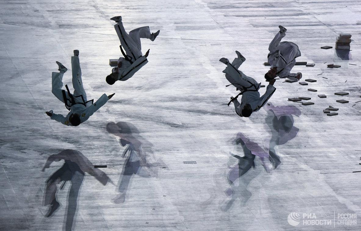 Артисты во время театрализованного представления на церемонии открытия XXIII зимних Олимпийских игр в Пхенчхан