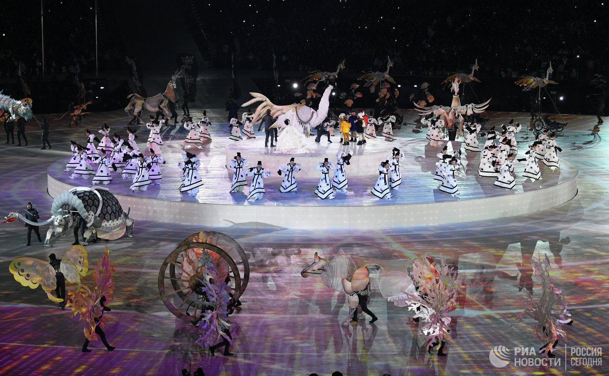 Артисты во время театрализованного представления на церемонии открытия XXIII зимних Олимпийских игр в Пхенчхане