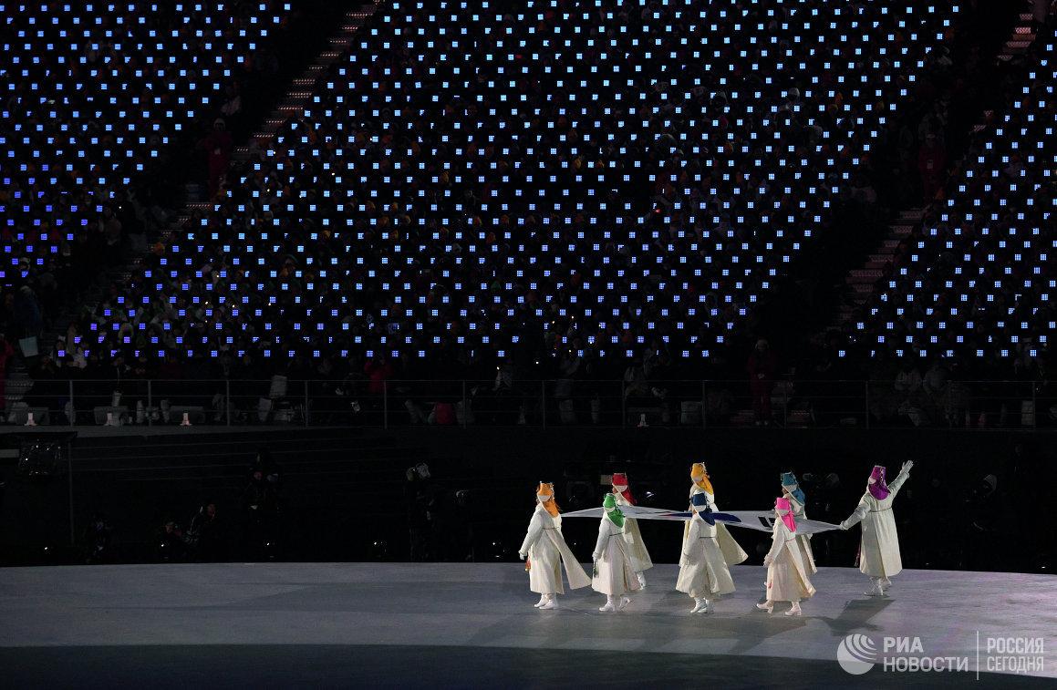 Вынос флага страны-хозяйки во время церемонии открытия XXIII зимних Олимпийских игр в Пхенчхане