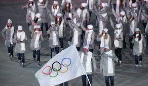 Атлеты из России на параде спортсменов на церемонии открытия зимних Игр-2018 в южнокорейском Пхенчхане под олимпийским флагом