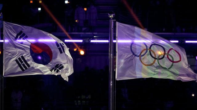 Флаги Южной Кореи и МОК (олимпийские кольца)
