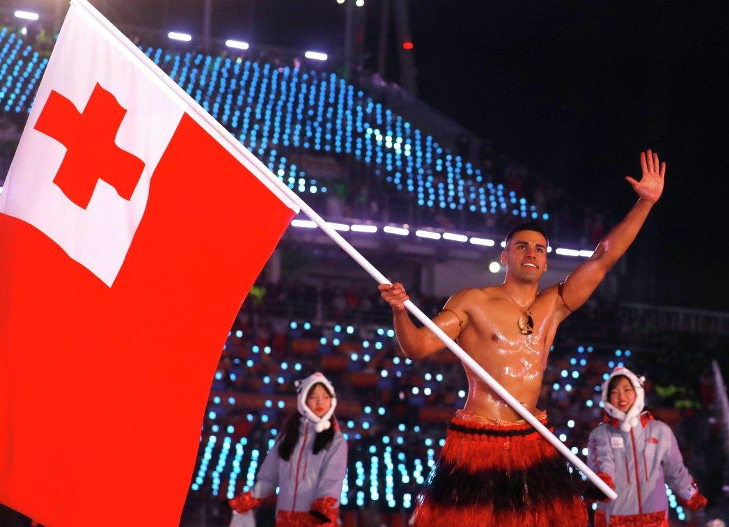 Выход спортсмена из Тонга Пита Тауфатофуа на церемонии открытия Олимпийских игр в Пхенчхане