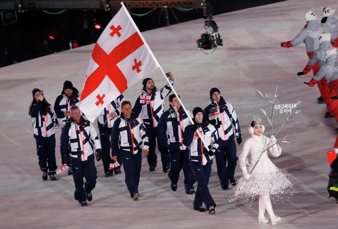 Морис Квителашвили несет флаг Грузии на церемонии открытия Олимпийских игр в Пхенчхане
