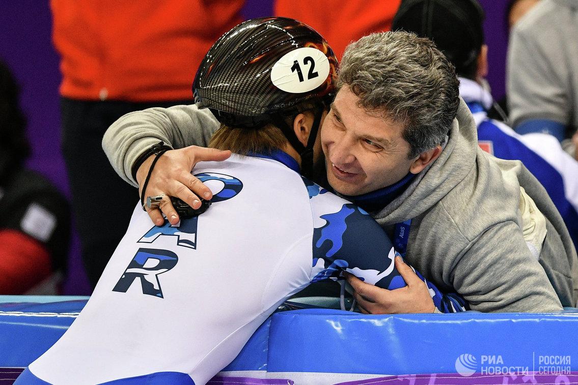 Семён Елистратов и главный тренер российских шорт-трекистов Андрей Максимов (слева направо)